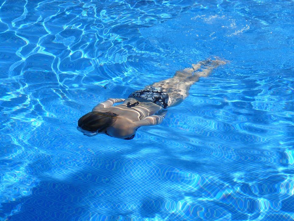 Plavání v čistém bazénu
