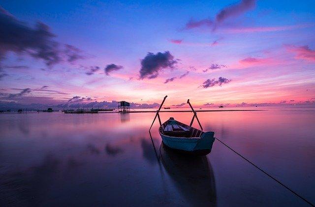 člun při západu slunce