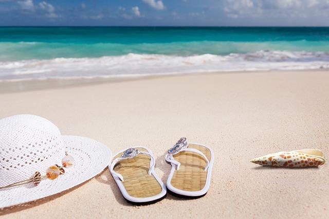 klobouk a žabky na pláži